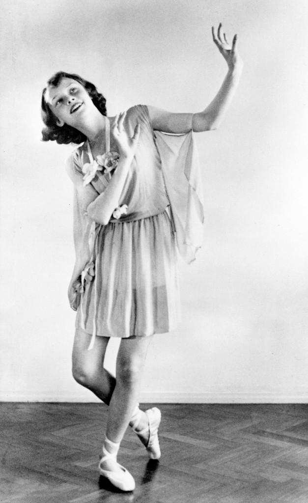 Dance recital photograph by Manon van Suchtelen, 1942 ©Reserved